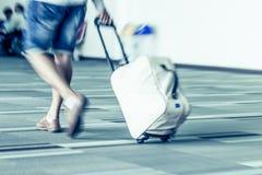 Movimiento de la falta de definición de los pasajeros que caminan en el aeropuerto Fotografía de archivo libre de regalías