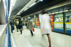 Movimiento de la gente de la falta de definición de la estación de metro del tren de Londres Foto de archivo