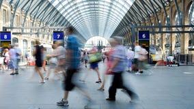 Movimiento de la gente de la falta de definición de la estación de metro del tren de Londres Fotos de archivo libres de regalías