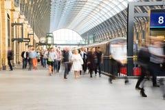 Movimiento de la gente de la falta de definición de la estación de metro del tren Fotos de archivo libres de regalías