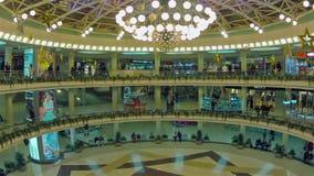 Movimiento de la gente en centro comercial Enfoca adentro, el tiro de time lapse metrajes