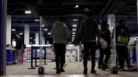 Movimiento de la gente joven que va a hacer compras en la entrada de la tienda