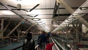 Movimiento de la gente que camina para tomar su equipaje en el aeropuerto de YVR
