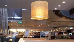 Movimiento de la gente que cena con el amigo dentro del restaurante chino