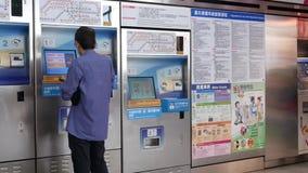 Movimiento de la gente que compra boletos del MRT en la máquina del boleto