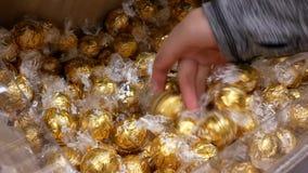 Movimiento de la gente que compra Lindt chocolate blanco a granel dentro del Superstore