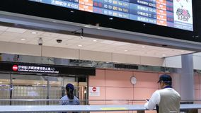 Movimiento de la gente que deja la puerta del terminal de aeropuerto
