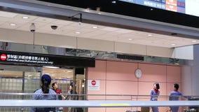 Movimiento de la gente que deja la puerta del terminal de aeropuerto del pasillo internacional de la llegada