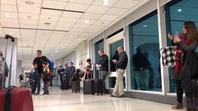 Movimiento de la gente que espera su aeroplano
