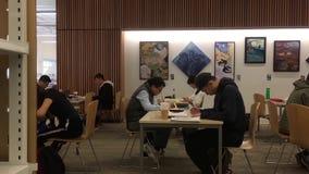 Movimiento de la gente que estudia en la biblioteca pública del coquitlam