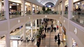 Movimiento de la gente que hace compras dentro de alameda de compras de Burnaby