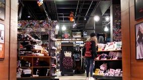 Movimiento de la gente que hace compras en la tienda de Zumiez