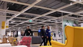 Movimiento de la gente que hace compras sus muebles dentro de la tienda de Ikea