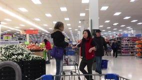 Movimiento de la gente que hace compras y del artículo de la ojeada almacen de metraje de vídeo