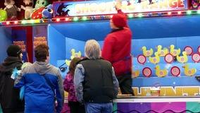 Movimiento de la gente que juega al juego del carnaval del tiroteo