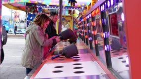 Movimiento de la gente que juega al juego del porrazo en el carnaval almacen de metraje de vídeo
