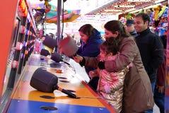 Movimiento de la gente que juega al juego del porrazo en el carnaval de las diversiones de la costa oeste Imagen de archivo libre de regalías