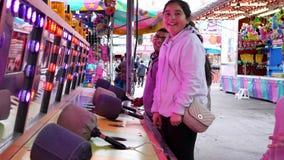Movimiento de la gente que juega al juego del porrazo en el carnaval de las diversiones de la costa oeste