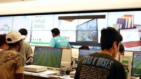 Movimiento de la gente que juega al juego del xbox en la tienda de Microsoft metrajes