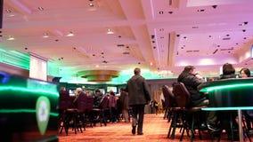 Movimiento de la gente que juega al juego de tabla y que se divierte dentro del casino almacen de metraje de vídeo