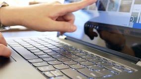 Movimiento de la gente que juega el nuevo ordenador y que golpea ligeramente en la pantalla