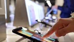 Movimiento de la gente que juega en el teléfono móvil de la galaxia S8 de Samsung almacen de video