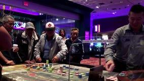 Movimiento de la gente que juega la ruleta del casino metrajes
