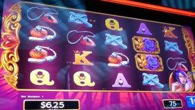 Movimiento de la gente que juega la máquina tragaperras dentro del casino almacen de metraje de vídeo