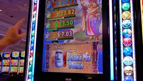 Movimiento de la gente que juega la máquina tragaperras dentro del casino