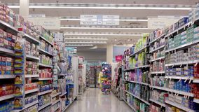 Movimiento de la gente que mira la medicina la sección de la farmacia