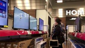 Movimiento de la gente que mira la nueva TV almacen de metraje de vídeo