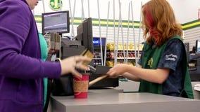 Movimiento de la gente que paga la tarjeta de crédito en el contador de pago y envío almacen de video