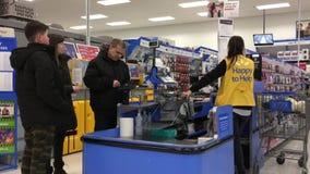 Movimiento de la gente que paga las comidas por la tarjeta de crédito en el contador de pago y envío metrajes