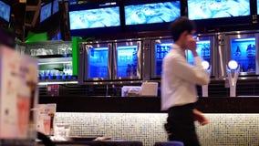 Movimiento de la gente que prepara la bebida para el cliente dentro del restaurante de Tailandia metrajes
