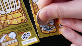 Movimiento de la gente que rasguña el boleto de lotería en la sección de la prima metrajes