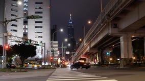 Movimiento de la gente que se coloca en la calle para mirar los fuegos artificiales cerca de la torre de Taipei 101 metrajes