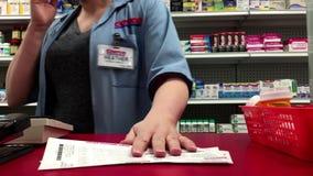 Movimiento de la gente que toma la medicina en la tienda de la farmacia