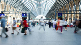 Movimiento de la gente sobre la hora punta, estación de tren, Cross de rey adentro Imagenes de archivo
