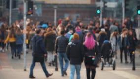 Movimiento de la gente y de coches en la megalópoli metrajes