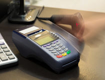 Movimiento de la mano que birla la tarjeta de crédito Imagen de archivo