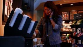Movimiento de la mujer que añade el azúcar para su bebida metrajes