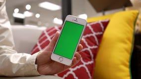 Movimiento de la mujer que celebra el teléfono móvil o de la pantalla verde almacen de metraje de vídeo