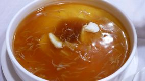Movimiento de la mujer que come el huevo cocido al vapor en el restaurante chino metrajes