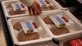 Movimiento de la mujer que compra el pavo italiano dulce de las hamburguesas