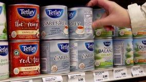 Movimiento de la mujer que compra té del gris del conde de Tetley
