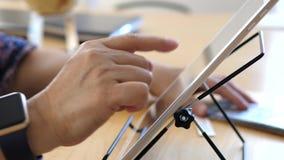 Movimiento de la mujer que juega al juego del sudoku en la tableta