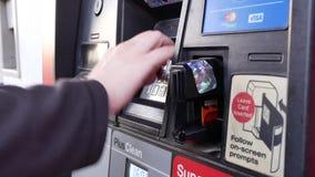 Movimiento de la mujer que presiona el número pin mientras que paga el gas almacen de metraje de vídeo