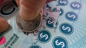 Movimiento de la mujer que rasguña el boleto de lotería metrajes