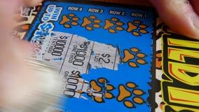 Movimiento de la mujer que rasguña el boleto de lotería almacen de video