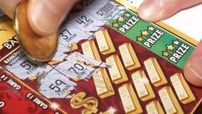 Movimiento de la mujer que rasguña el boleto de lotería con la resolución 4k